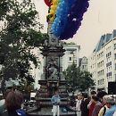 """1991: Aids-Aktionstage mit der Gedenkveranstaltung """"Namenlos – doch nicht vergessen"""". Es spricht Aidshilfe-Mitarbeiter Jörg Vathke, der selbst ein Jahr später stirbt."""