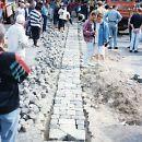 """1994: Einlassung der Gedenkinstallation """"Namen und Steine"""" des Künstlers Tom Fecht auf dem Alter Markt. Nach nur fünf Monaten wird sie wieder entfernt."""