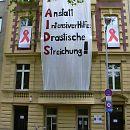 2003: Demo gegen angedrohte städtische Kürzungen vor den Geschäftsräumen der Aidshilfe Köln