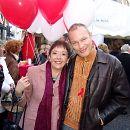 2006: Die damalige SPD-Bundestagsabgeordnete Lale Akgün mit Lindenstraßen-Darsteller Klaus Nierhoff am Welt-Aids-Tag